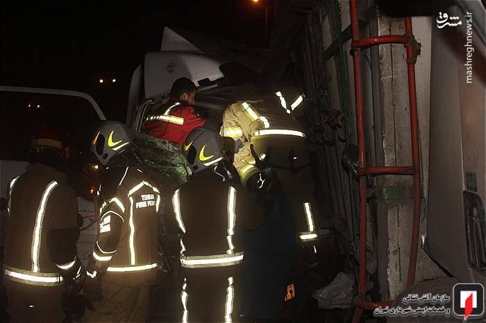آتش نشانان به محض رسیدن به محل تصادف ضمن قطع برق خودروها وانجام کمک های اولیه به سرنشینان کامیونت ایسوزو، آنان را با رعایت نکات ایمنی از داخل اتاقک آن خارج کردند.