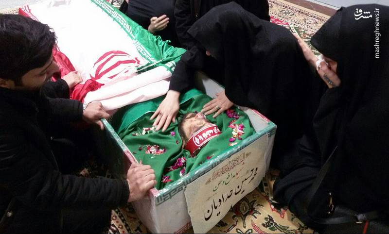 وداع خانواده شهید محمدحسین حدادیان با پیکر فرزندشان
