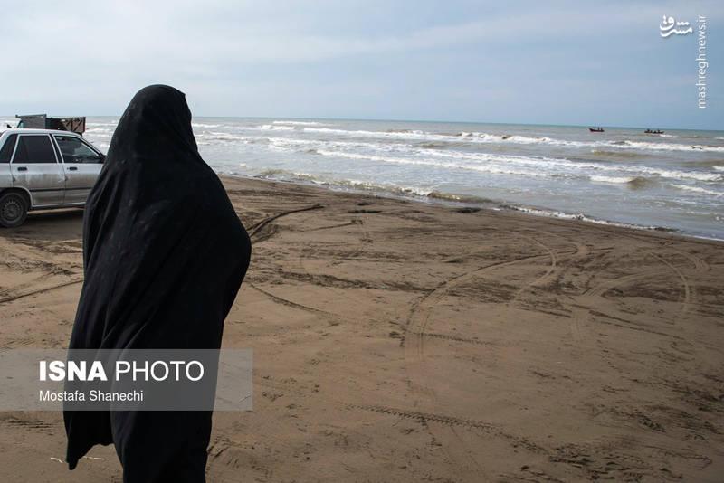 نیروهای امدادی جمعیت هلال احمر مازندران دیروز قایق و لباس صیادان را در عمق ۶ متری آب پیدا کردند.