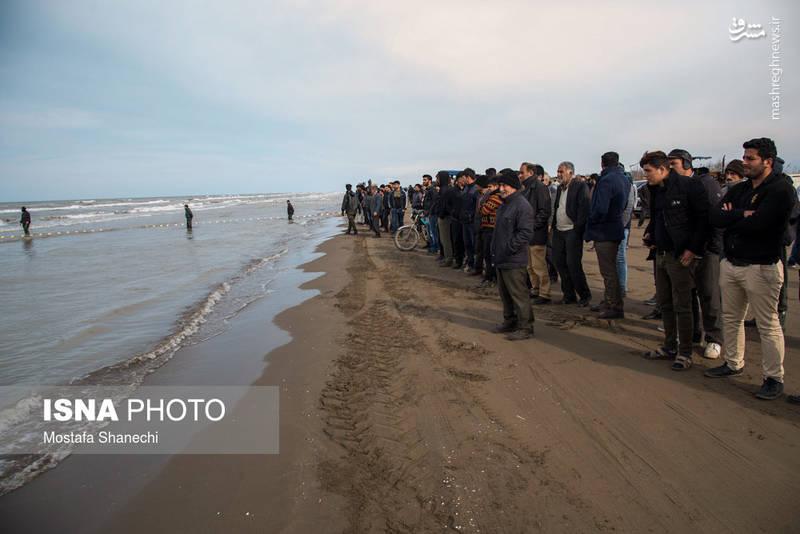 عملیات جستجوی صیادان مفقود شده با همکاری دریابانی و ناجیان غریق و نیز ۲۰ امدادگر جمعیت هلال احمر مازندران در گروه های واکنش سریع، امداد و نجات دریایی و هوایی همچنان ادامه دارد.