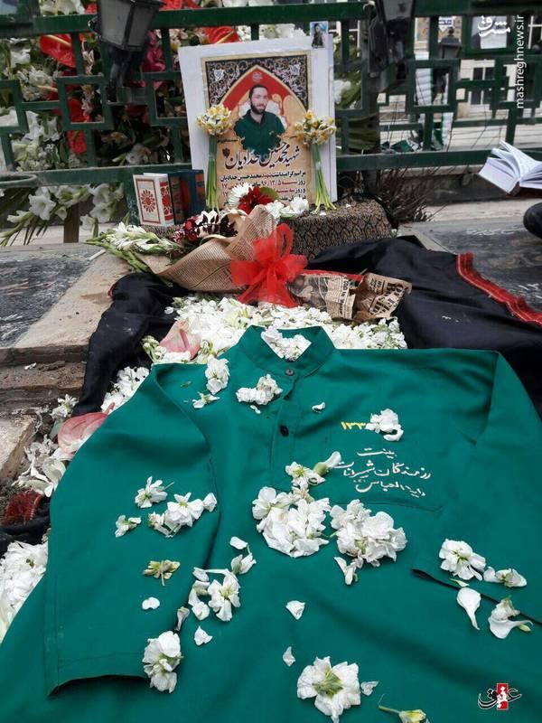 لباس خادمی شهید محمد حسین حدادیان بر روی مزارش