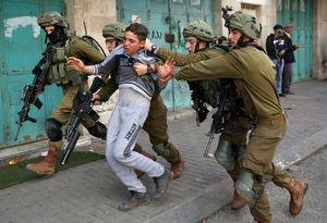 عکس/ بازداشت وحشیانه نوجوان فلسطینی توسط اشغالگران