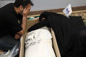 عکس/ وداع جانسوز مادر شهید با فرزندش