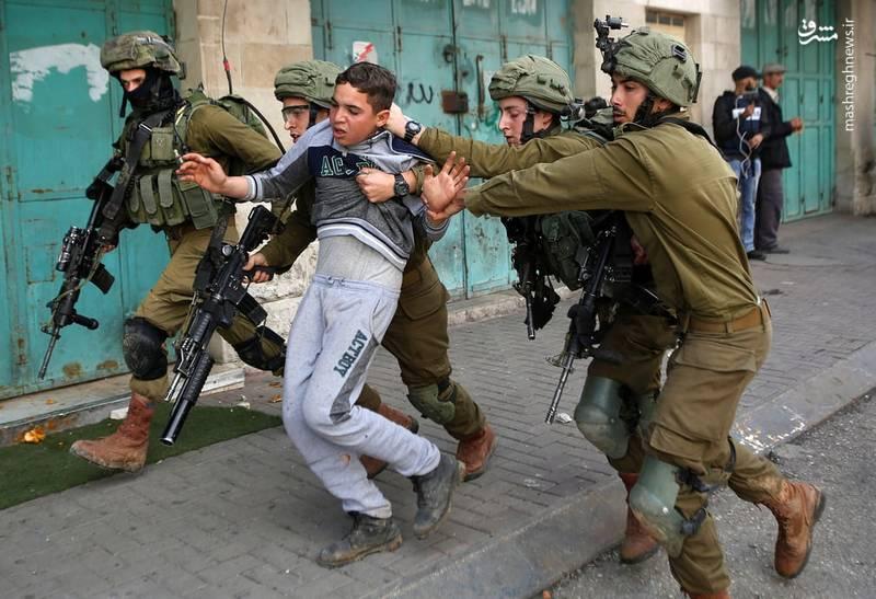 در جریان درگیری های جمعه خشم در فلسطین، در شهر الخلیل دهها تن از جوانان بازداشت شدند.