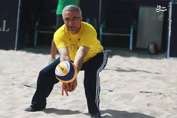 رییس فدراسیون والیبال دست به توپ شد+عکس