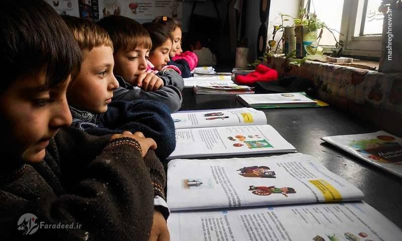 دانش آموزان سعی دارند که با بلند خواندن درس خود، صداهای جنگ را به شایعه تبدیل کنند.