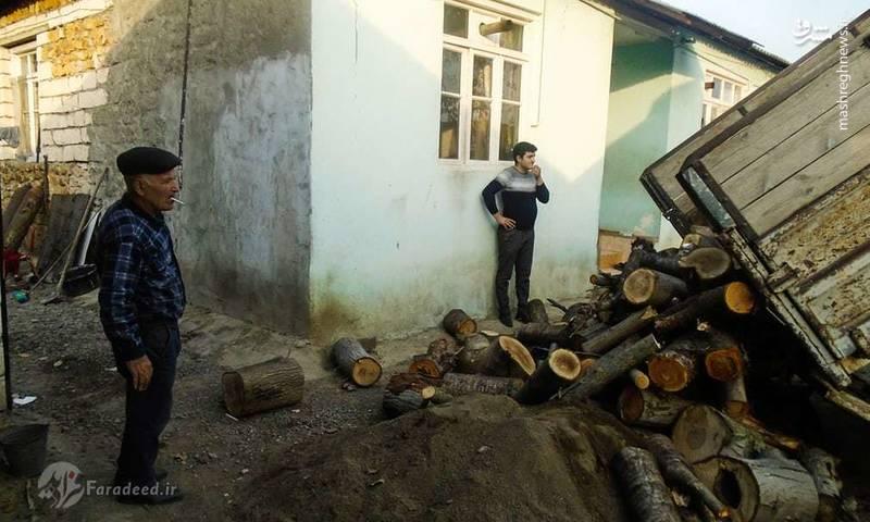 روستاییان برای گرم کردن خانه خود، مجبور هستند که در شکستن هیزم با یکدیگر همکاری کنند.