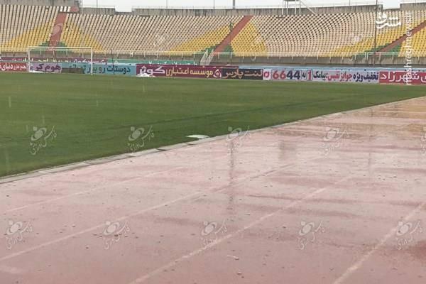 عکس/ بارش باران و استقبال کم از بازی استقلال