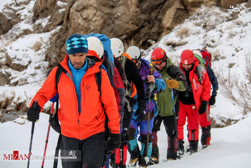 تیمی متشکل از نجاتگران جمعیت هلال احمر و تکاوران ارتش هماکنون در ارتفاعات دنا حضور دارند.