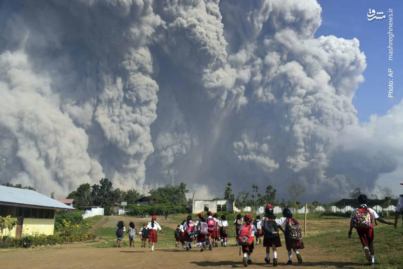 هیجان دانشآموزان از صحنه مهیب فوران خاکستر در آتشفشان سینابونگ