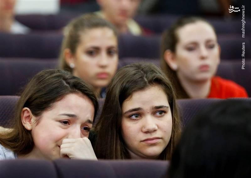 دانشآموزان دبیرستان «استونمن داگلاس» که هفته گذشته شاهد کشتار همکلاسیهای خود بودند، در سنای ایالتی فلوریدا در مراسم گرامیداشت یاد قربانیان شرکت کردند.