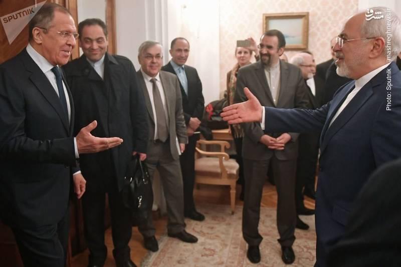 دیدار دو وزیر خارجه و خانمی از همراهان که در حال فیلمبرداری با گوشی شخصی است.