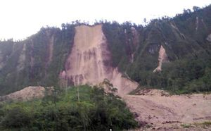 عکس/ 30کشته در زمین لرزه 7.5 ریشتری گینهنو