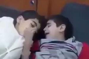 فیلم/ وداع دردناک پسربچه یمنی با برادر شهیدش