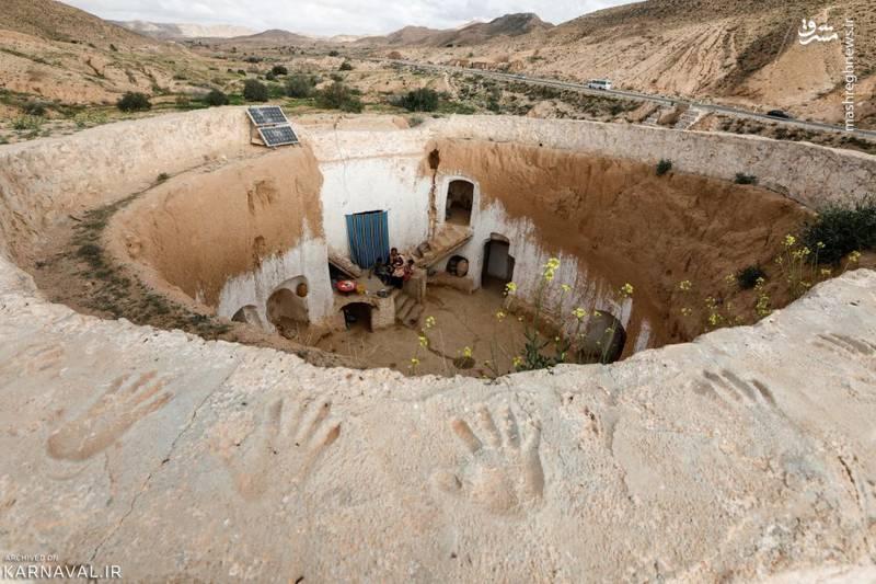 این خانه های زیرزمینی حیاطی دایره ای دارند و اتاق ها در پیرامون آن شکل گرفته اند.