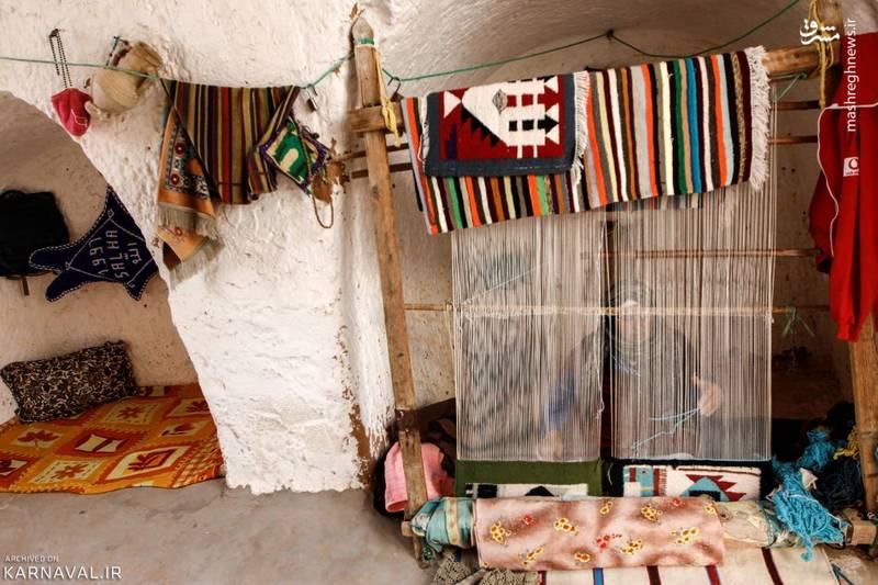 زنی در حال بافت فرش