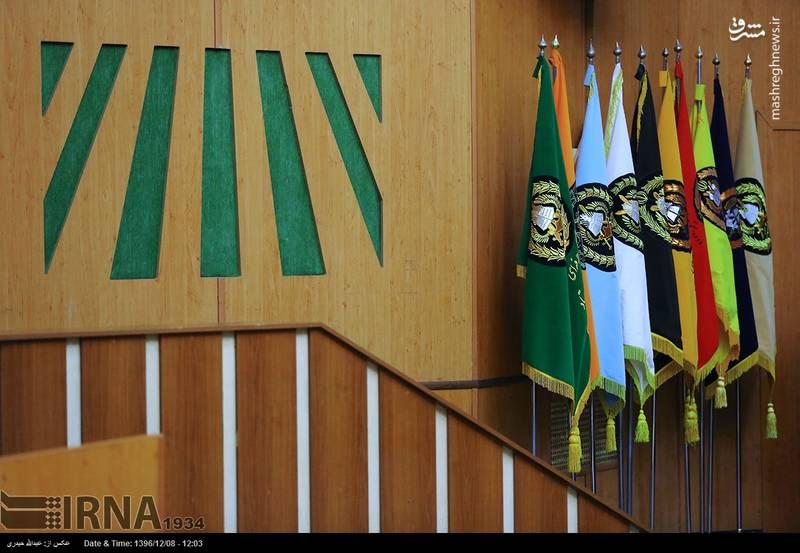 از 2 پژوهشگر نمونه دوره های 27 و 11 حرفه ای تجلیل شد و نمایندگان دانشجویان دوره های 27 و 11 حرفه ای پرچم دانشگاه دافوس آجا را دریافت کردند.