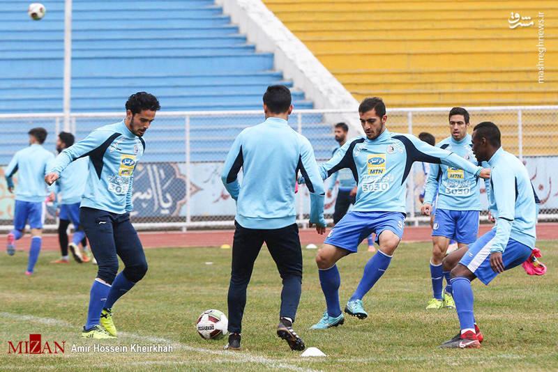 بازیکنان استقلال در سه گروه، با توپ تمرین کردند و سرمربی تیم و دستیاران او نیز بر این تمرینات نظارت داشتند