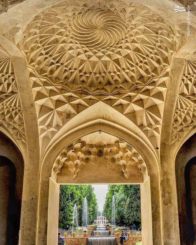 در ساخت مجموعه از آجر و ملات استفاده شده و هنر کاشیکاری نیز در آن به کار رفته است.