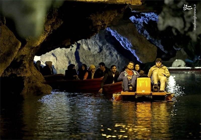 در بعضی از قسمتها سقف غار تا حدود 10 متر از سطح آب ارتفاع دارد.