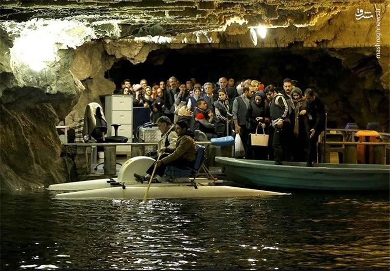 سطح آب درون غار از صفر تا ۱۴ متر در حال نوسان و آب دریاچه بدون بو، رنگ، مزه و فاقد حیات جانوری است. همچنین هوای داخل غار مطبوع و عاری از هر گونه گرد و غبار است.