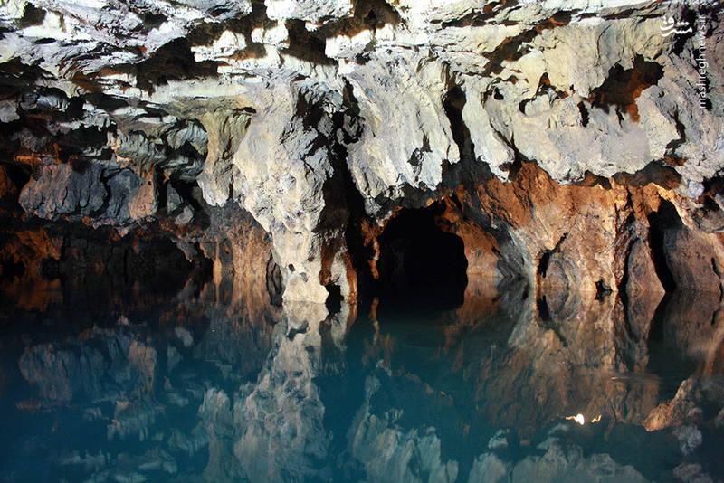 محوطه غار دالانهای پیچ در پیچ و دهلیزهای متعددی دارد.