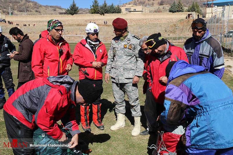 آماده شدن امدادگران برای رفتن به کوه دنا