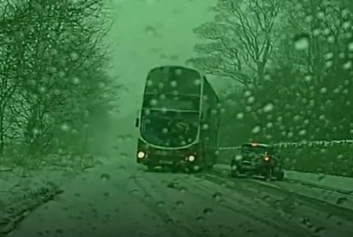 فیلم/ مهارت راننده اتوبوس در جاده برفی