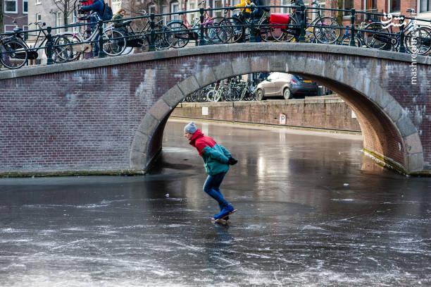 عکس/ اسکیت بر روی آبهای یخ زده