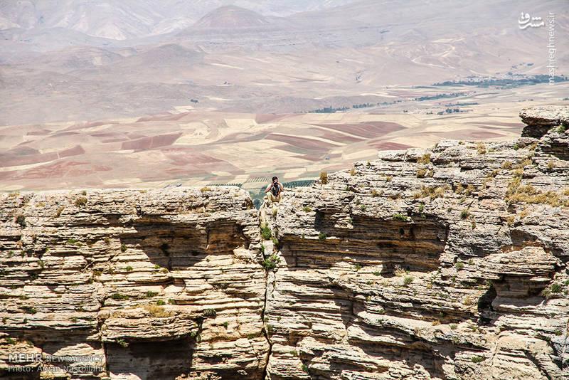دیواره کوه زندان که در نزدیکی دریاچه قرار دارد.