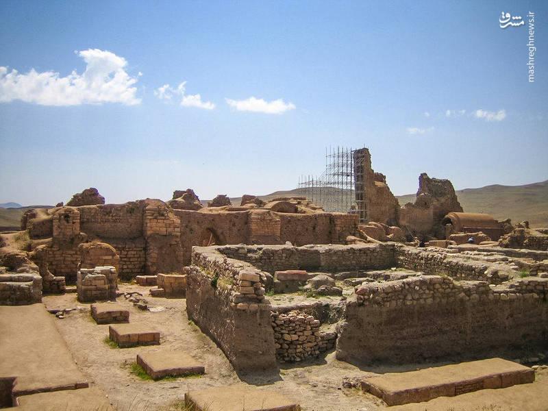 هر چند کاوش های باستانشناختی در محوطه تخت سلیمان آثاری به جای مانده از دوران هخامنشی و مادی را نیز نشان داده است اما شهرت این محوطه بیشتر مدیون بناهای دوران ساسانی است.