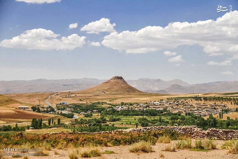 نمایی از کوه زندان که در نزدیکی دریاچه قرار دارد.