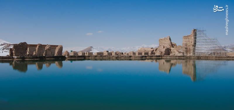 دریاچه تخت سلیمان بزرگترین و پر آب ترین چشمه منطقه است.