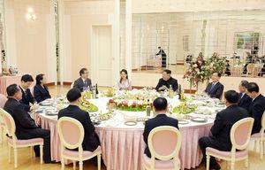 عکس/ مقامات دوکره بر سر میز شام