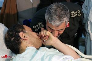 عکس/ بوسه فرمانده کل سپاه به دست یک بسیجی