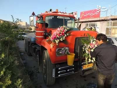 این داماد خوش سلیقه ، احترام به شغل آبا و اجدادی را دلیل انتخاب کامیون به عنوان کابین عروس بیان کرده است