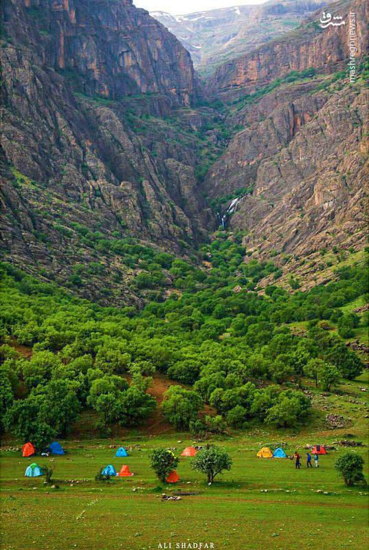 آبشار زيباي دره اسپر در حاشيهي روستايي به همين نام، در شرق تنگاهاي موسوم به ازنا واقع شده است.