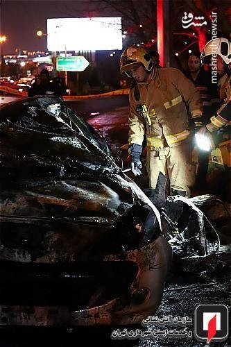 شعله های سرکش آتشی که از میان این خودرو به هوا برمی خاست به سرعت و در زمانی کوتاه توسط نیروهای آتش نشانی مهار و کاملا خاموش شد و پس از بررسی اولیه، جنازه های کاملا سوخته دو مرد که ظاهرا در داخل خودرو گرفتار شده و قادر به خروج نشده بودند، در میان بقایای سوخته ی اتاقک خودرو پیدا شد.