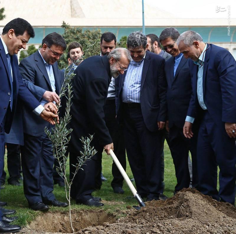 کاشت نهال توسط دکتر علی لاریجانی با حضور سفرای کشورهای خارجی به مناسبت روز درختکاری