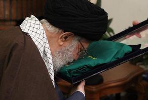 عکس/ بوسه رهبر انقلاب بر لباس خادمی شهید حدادیان