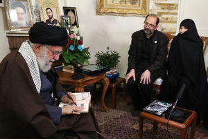 عکس/ حضور رهبر انقلاب در منزل شهید محمدحسین حدادیان