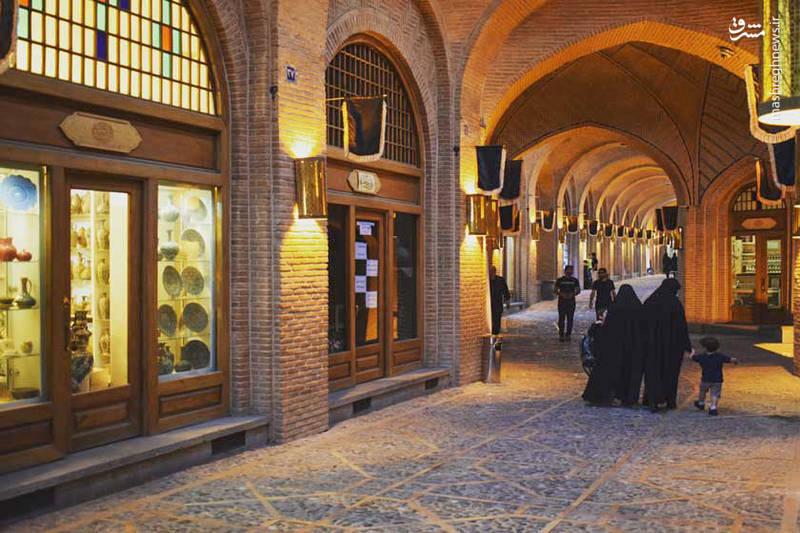بازار سنتی قزوین مربوط به دوره صفوی می باشد که علاوه بر وسعت چشمگیرش، معماری ورودی های مختلف بازار فضاهای باشکوهی را ایجاد کرده است .