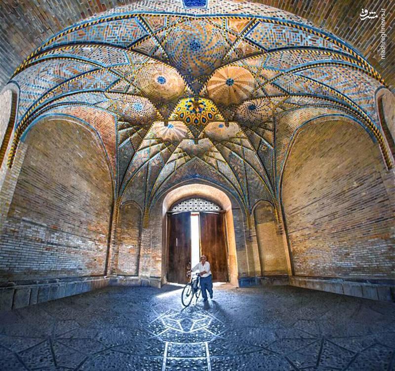 مسجد جامع یا عتیق از بزرگ ترین مساجد ایران و به سبک چهار ایوانی می باشد که می توانید معماری دوره های مختلف را در آن بیابید.