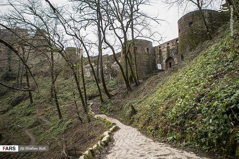 رخی از کارشناسان، ساخت قلعه را در دوران ساسانیان و مقارن با حمله عربها به ایران دانستهاند.