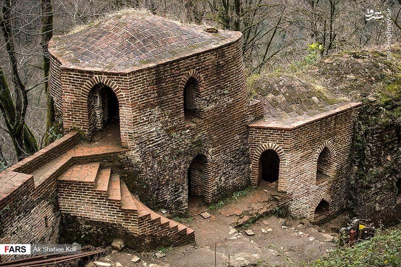 ارگ در قسمت غربی این بنا در دو طبقه واقع شده و جنس آن از آجر است.