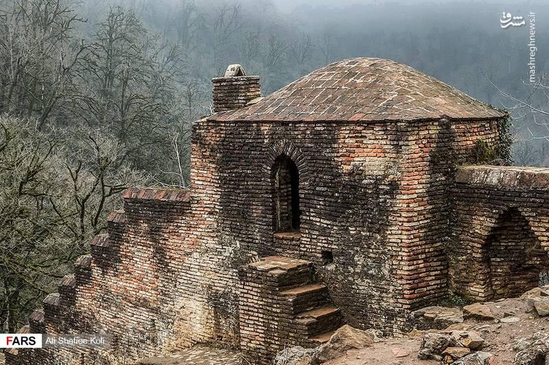 دیوار قلعه ۱۵۰۰ متر طول دارد و در آن ۶۵ برج و بارو قرار گرفته است.