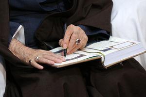 عکس/ هدیه رهبر انقلاب به خانواده شهید بایرامی