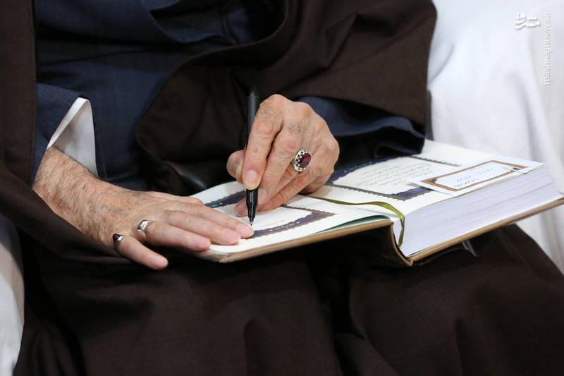 دست نوشته رهبر انقلاب بر روی قرآن هدیه داده شده از سوی ایشان به خانواده شهید بایرامی