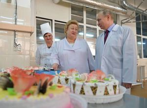 عکس/ پوتین در کارخانه شیرینیپزی