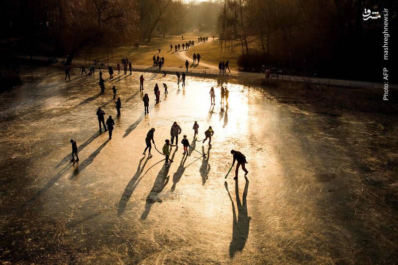 بازی روی آبهای یخ زده، یکی از تفریحات این روزهای مردم آلمان